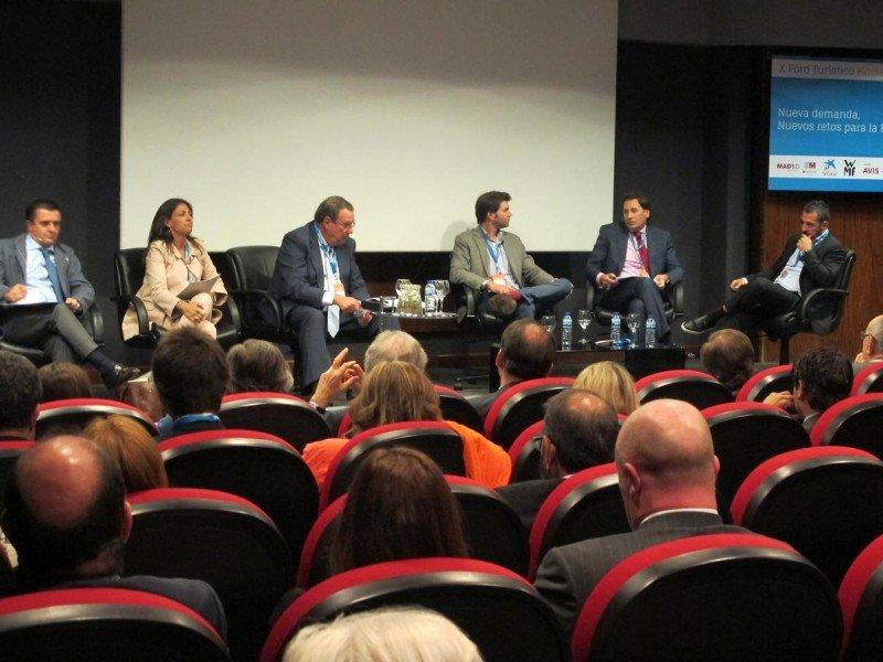 De izq. a dcha, Aurelio Vázquez, Marián Muro, Joan Molas, Chema González, Rafael Sánchez y Pablo Zubicaray, durante el debate.
