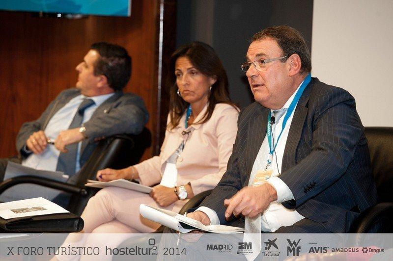 Marián Muro en su intervención en el Foro Hosteltur, donde anunció la categorización de las viviendas de uso turístico. En la imagen, junto a Aurelio Vázquez y Joan Molas.
