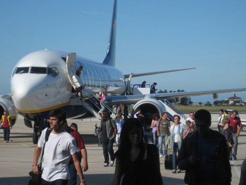Pasajeros desembarcando de un avión en el aeropuerto de Santander.