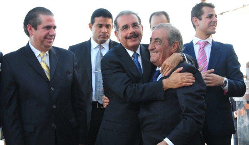 De izquierda a derecha: Francisco Javier García, ministro de Turismo; Se abrazan Danilo Medina, presidente de la Rep.Dom. Y Juan José Hidalgo, presidente de Globalia.