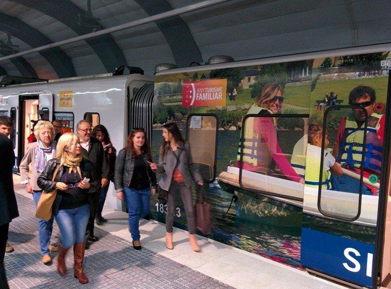 La campaña de turismo familiar ha incluido la decoración de un tren de Ferrocarriles de la Generalitat.