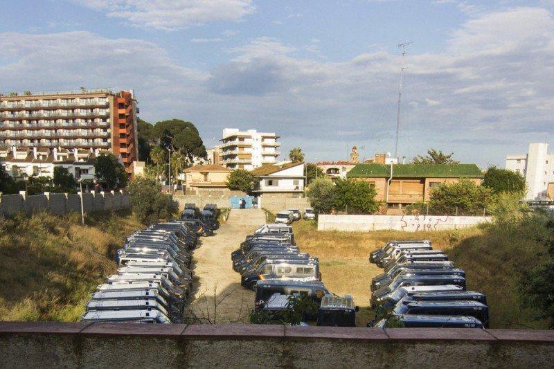Las 40 furgonetas antidisturbios, en el aparcamiento privado del hotel. Foto: Pedro Catena / La Vanguardia.