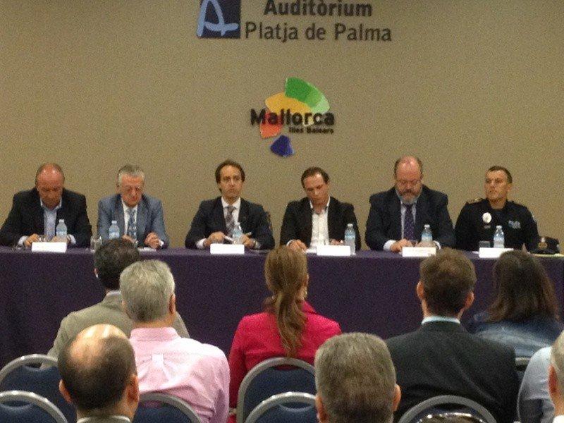 Momento de la reunión de Álvaro Gijón con el sector hotelero y turoperadores.