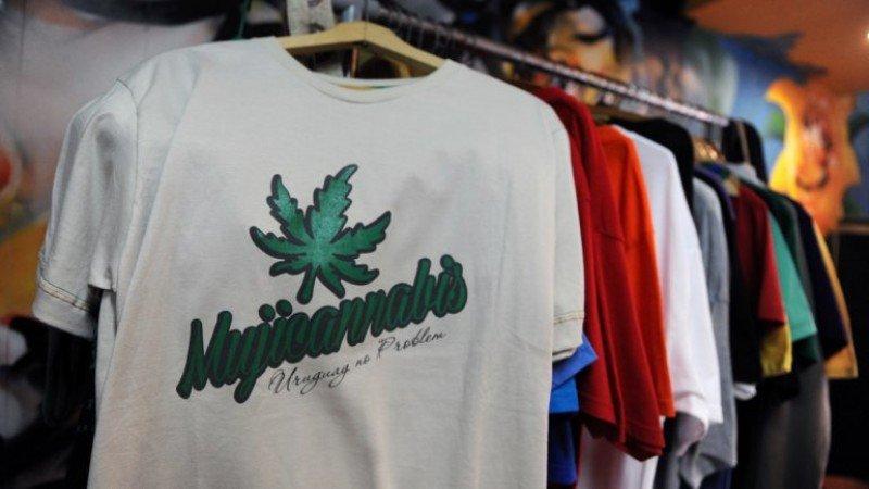 Merchandising vinculado a Mujica y la marihuana en Uruguay. Foto: Miguel Rojo, AFP