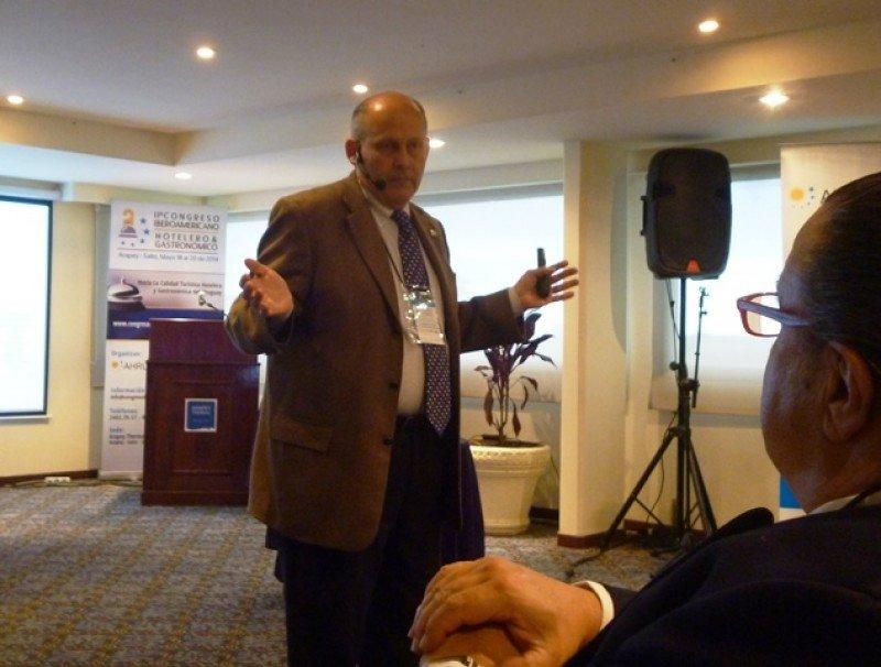 El licenciado Alejandro Watson durante la conferencia que ofreció en Uruguay.
