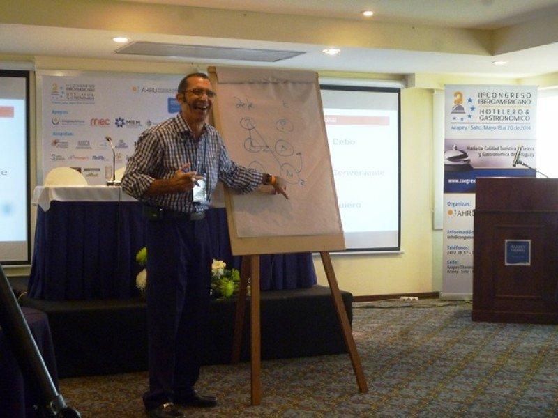 Roberto Acosta cerró el evento con una celebrada presentación sobre PNL.