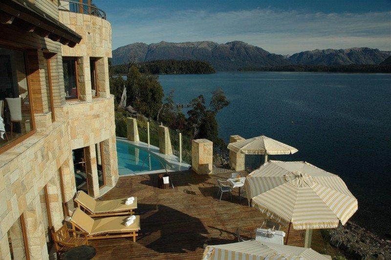 El hotel tiene vista al Lago Nahuel Huapi y a la Cordillera de los Andes.