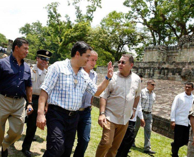 Juan Orlando Hernández junto a directivos de empresas de cruceros en Copán Ruinas.