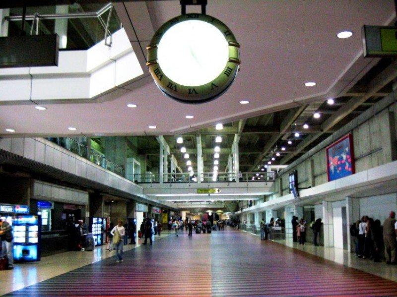 Aeropuerto INternacional Simón Bolívar, ubicado en Maiquetía, Estado Vargas, a unos 18 kilometros al norte de Caracas.