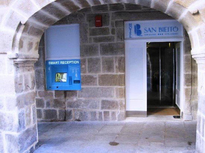 El Smart Boutique Hotel Literario San Bieito dispone de un quiosco digital para realizar el check-in en el exterior del establecimiento.
