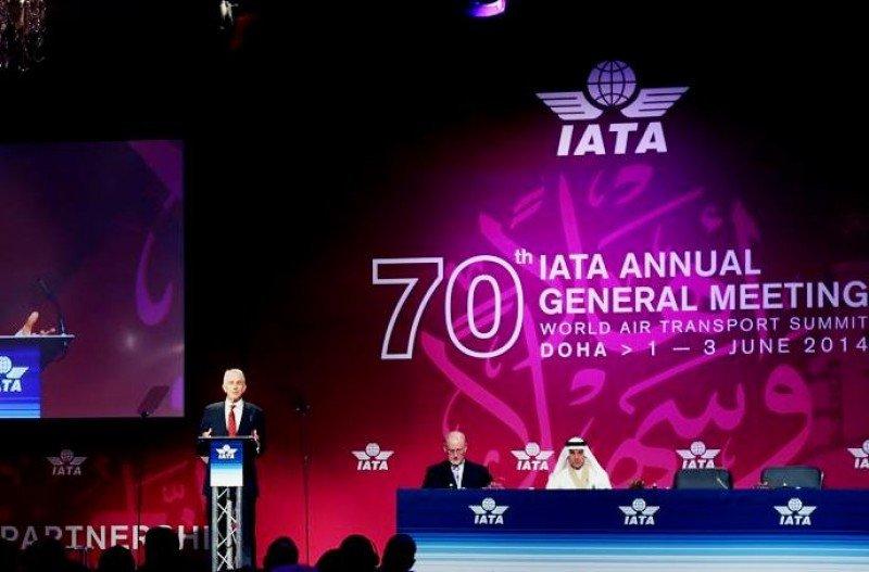 Tony Tyler presentó el informe de previsiones de la industria aérea para 2014 (Foto: Le Figaro).