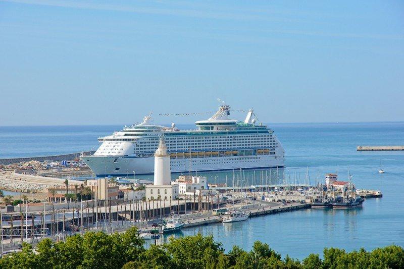 Crucero en el puerto de Málaga. #shu#.