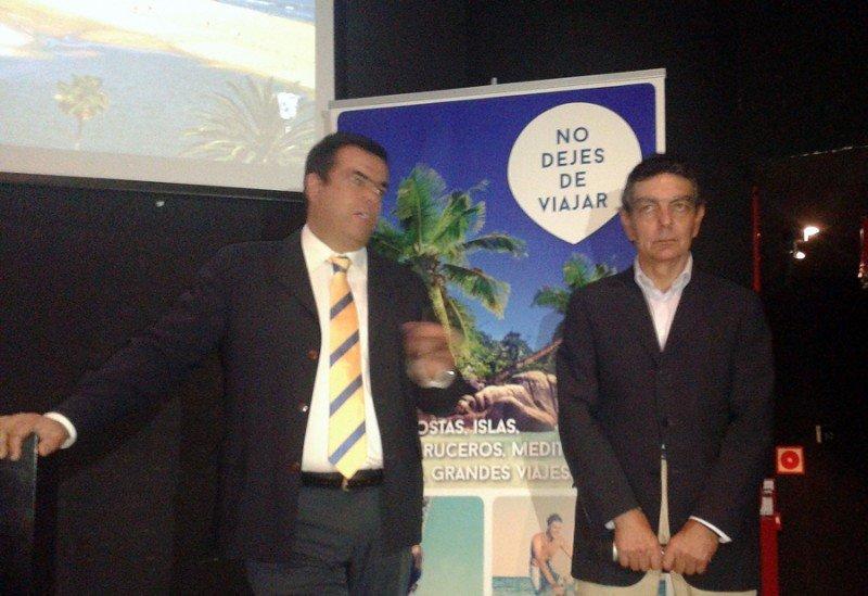 El consejero de Turismo del Cabildo de Gran Canaria, Melchor Camón (izda.), y el director de Comunicación de Viajes Barceló, Ricardo Fernández, durante la presentación de la renovación del acuerdo.