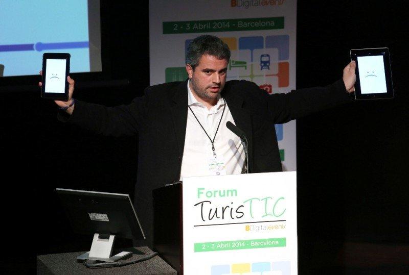 Oriol Marimón-Clos, consejero delegado de Mobisfera, mostrando el funcionamiento de la tecnología Beacons en el Foro TurisTIC.