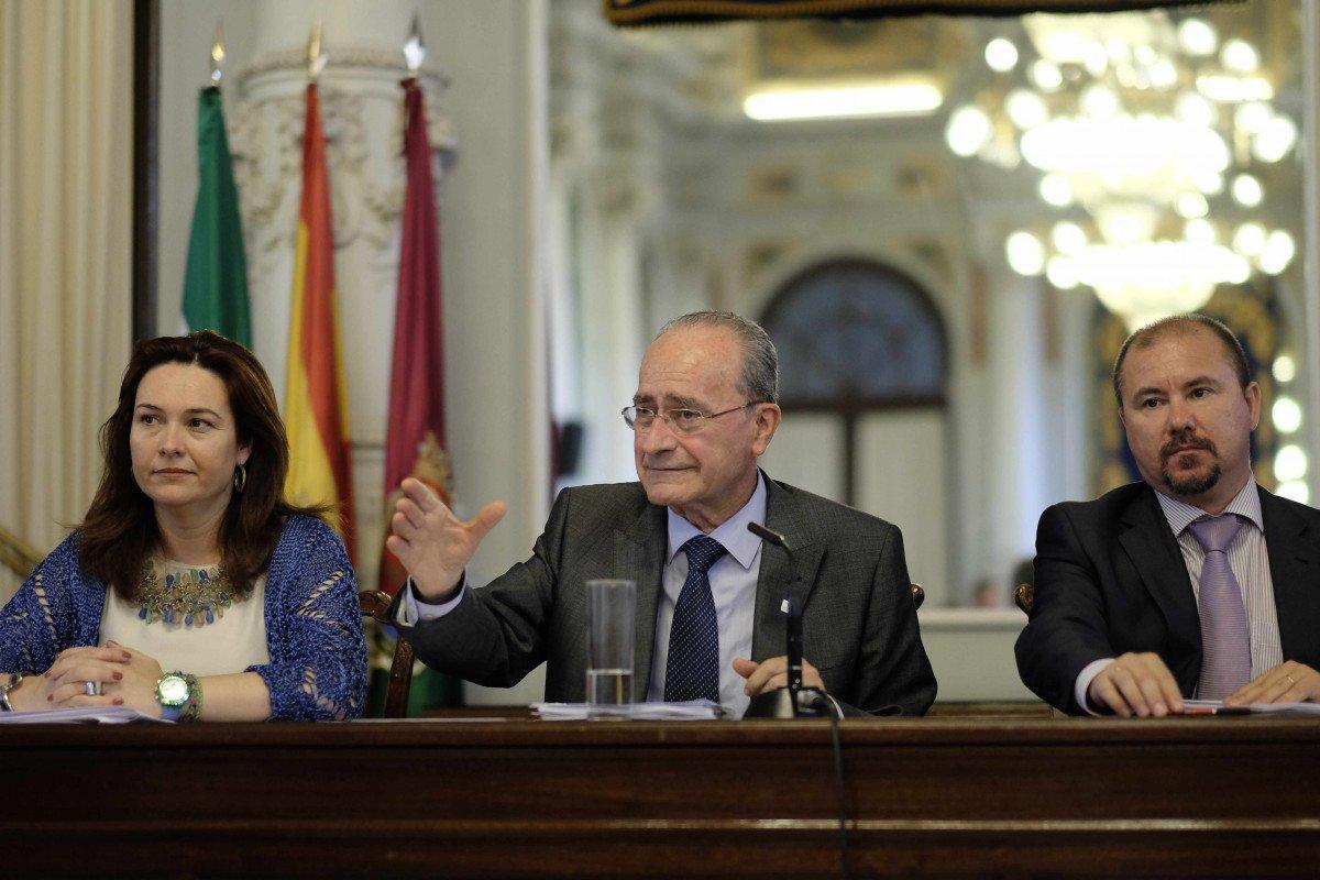 El alcalde, Francisco de la Torre, con la concejala de Economía y Hacienda, Mª del Mar Martín Rojo, y Manuel Martínez Molina, de Auren.