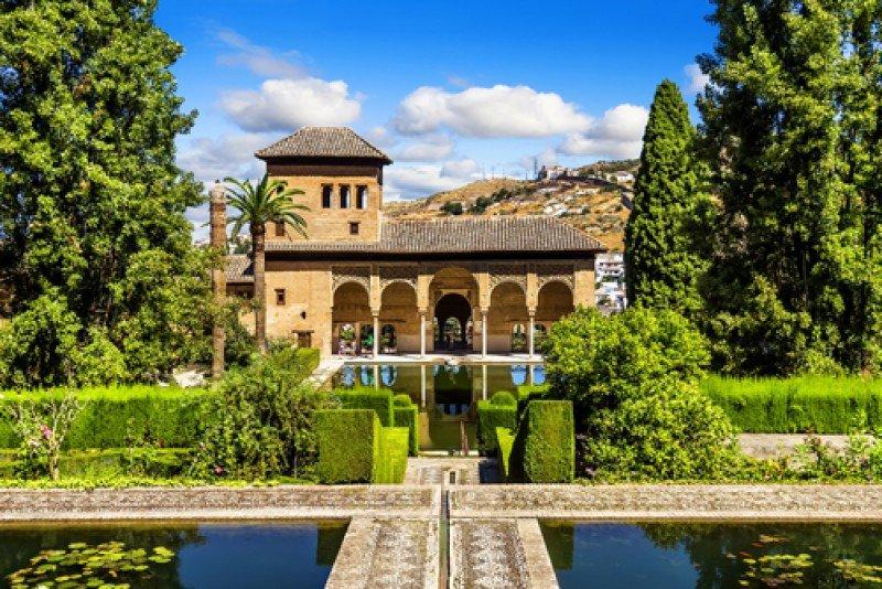 El turista estaba visitando el conjunto monumental de La Alhambra, cuando se le vio por última vez. #shu#