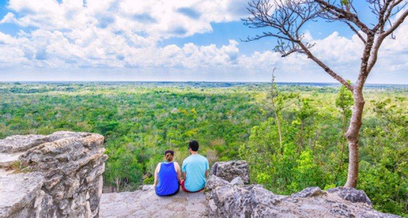 Una pareja de turistas en lo alto de la pirámide de Cobá, península de Yucatán, México. #shu#