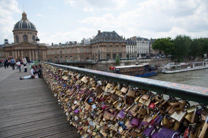 Miles de cerrojos ocupan las barandillas del Pont des Arts, París. #shu#