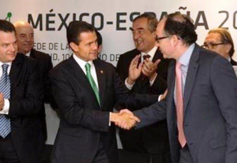 El presidente mexicano, Enrique Peña Nieto, con el presidente de Interjet (primero a la izquierda), saluda al primer directivo y CEO de Iberia, Luis Gallego.