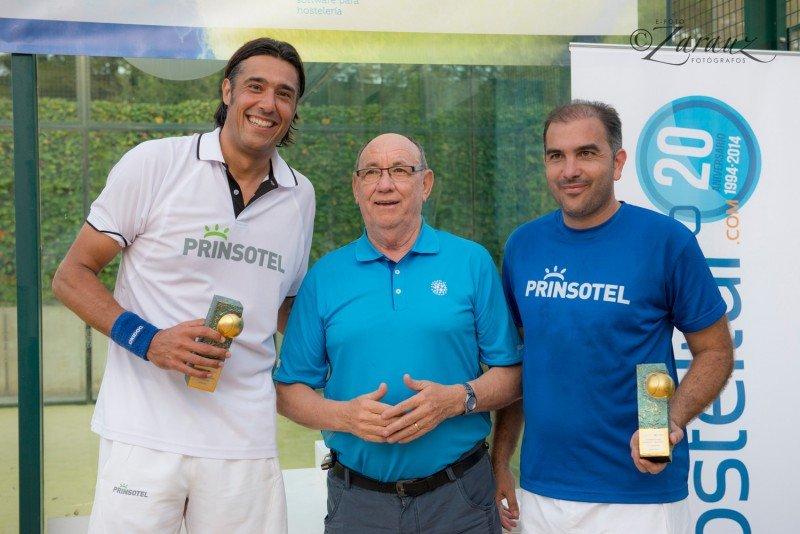 Los ganadores, recibiendo el trofeo de manos del editor de HOSTELTUR, Joaquín Molina.