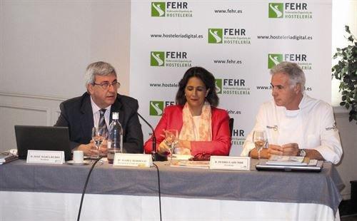 Isabel Borrego junto a Pedro Larumbe, presidente de Saborea España, y  José María Rubio, presidente de la FEHR.