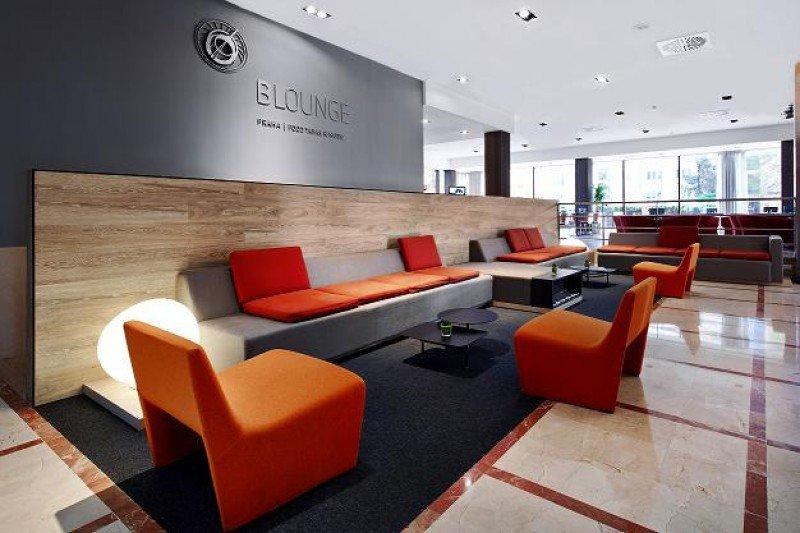 La recepción ha incorporado un moderno B-Lounge que quiere convertirse en un referente de ocio en la ciudad.