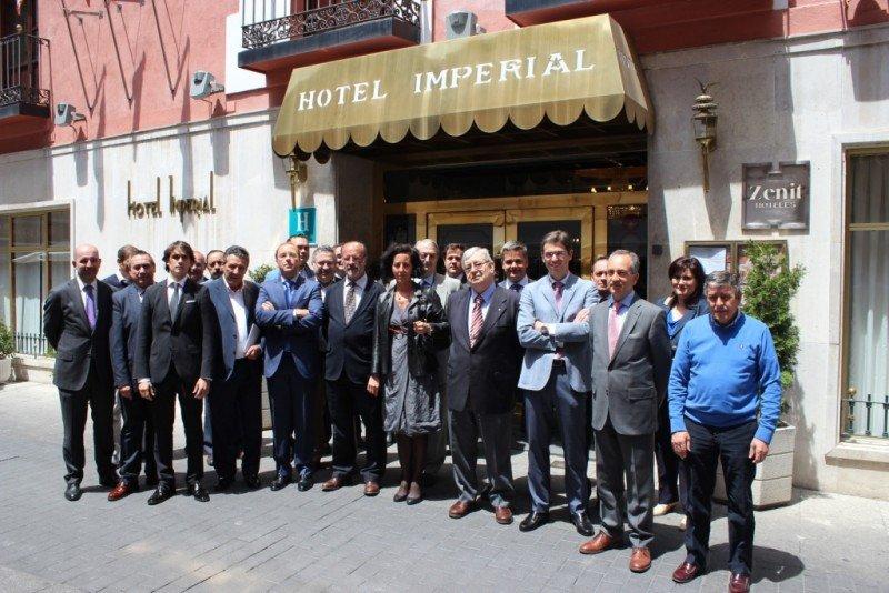 Los directivos de la Asociación con el alcalde de la ciudad, Javier León de la Riva.