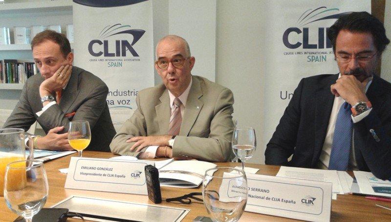 Emiliano González, vicepresidente de CLIA España y director general de MSC Cruceros en España (centro), junto con el director general de esta asociación de cruceros, Alfredo Serrano (dcha.), y Massimo Brancaleoni, director general de Costa Cruceros en España y miembro de CLIA.
