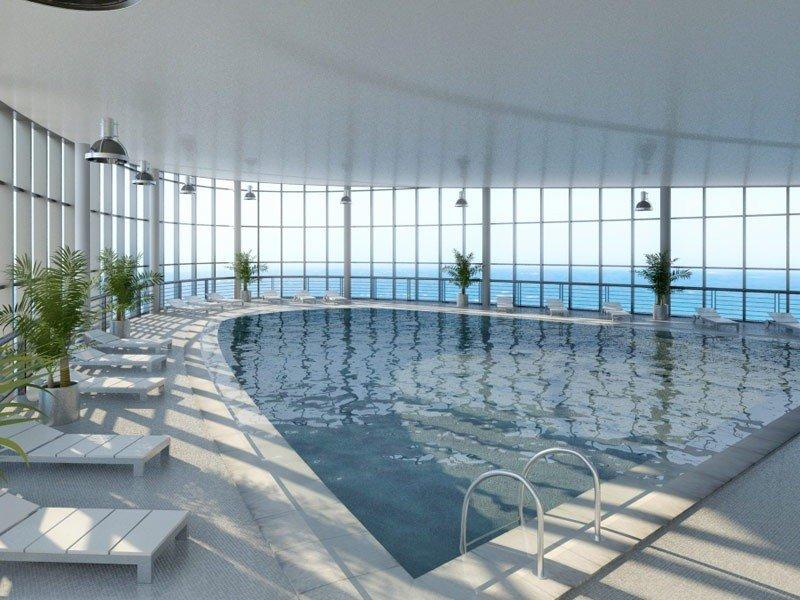 El hotel cuenta con piscina cubierta en la azotea con zona de cafetería y vistas sobre la playa.