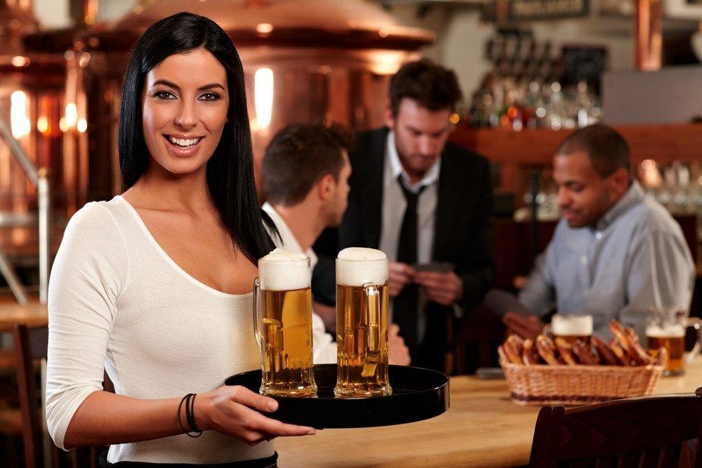 El salario medio anual en hostelería roza los 14.000 euros. #shu#