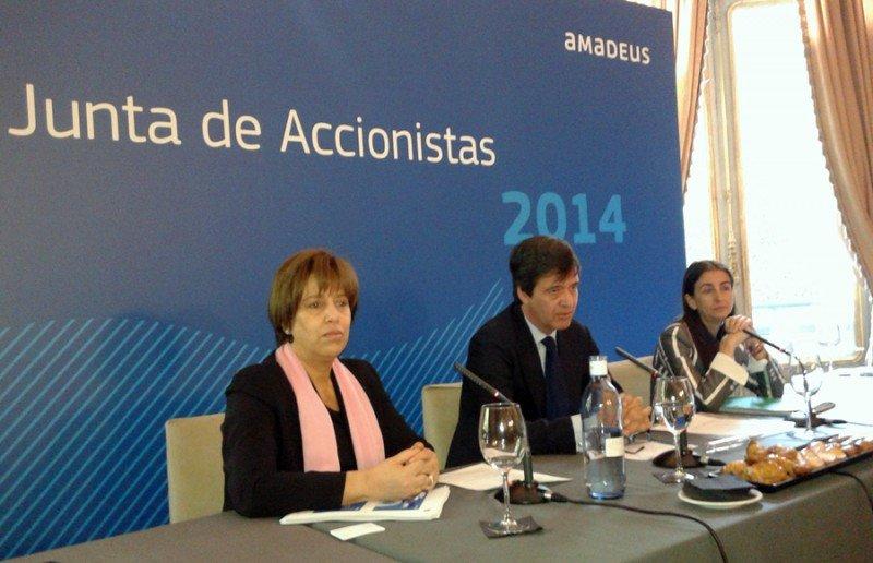 Luis Maroto, presidente de Amadeus (centro), acompañado por Ana de Pro, chief financial officer (dcha.) y Malek Nejjai, directora de comunicación corporativa de la compañía.