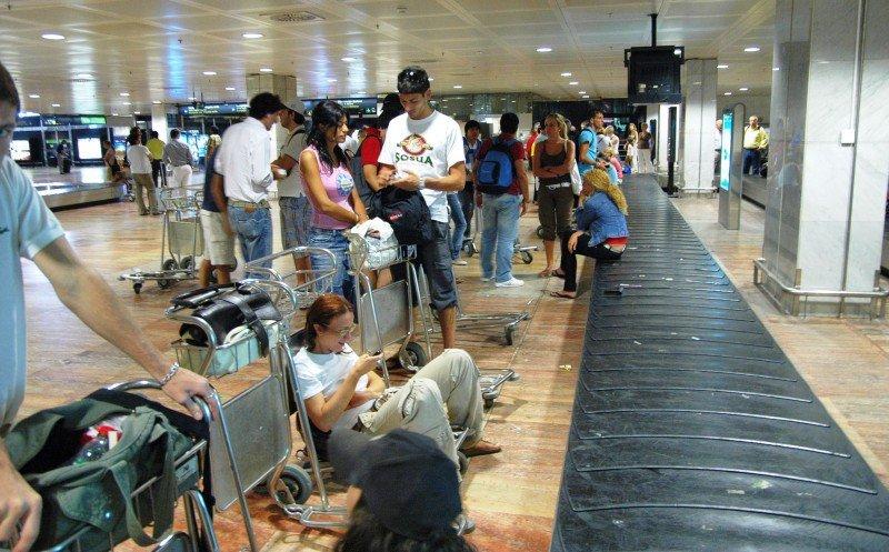 Huelga en Madrid-Barajas del personal de las cintas transportadoras de equipaje.