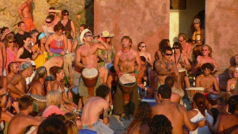 Grupo de jóvenes en una playa de Ibiza. #shu#