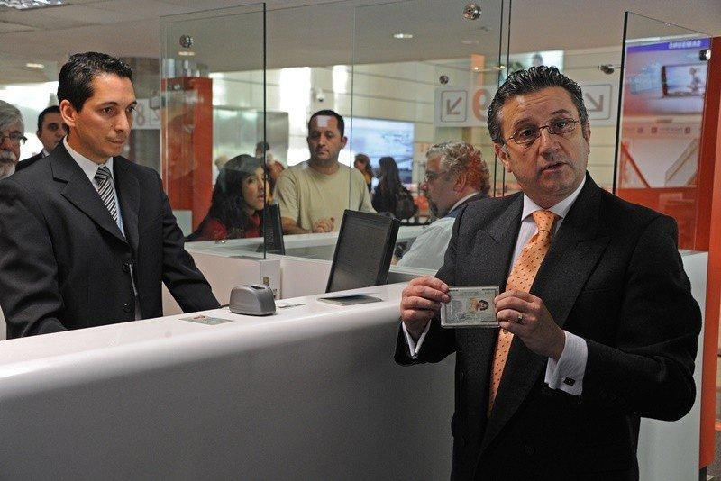 El director nacional de Migración explica el funcionamiento de los nuevos dispositivos.