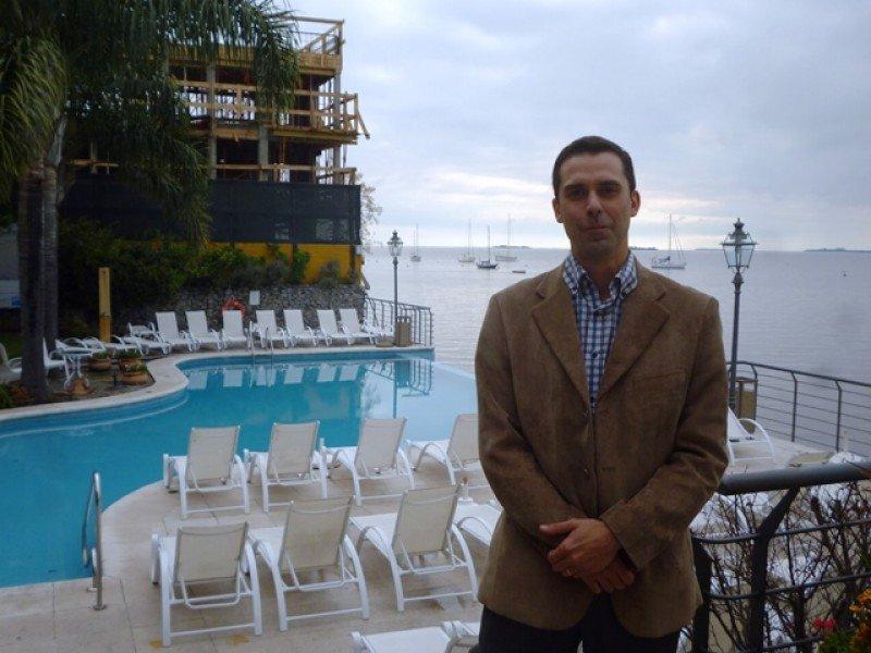 Francisco Lorente, gerente general del hotel Radisson de Colonia del Sacramento; al fondo, el nuevo sector en construcción.