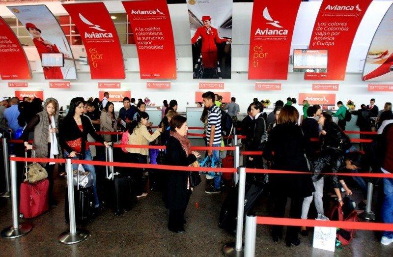 Pasajeros de Avianca haciendo check-in.