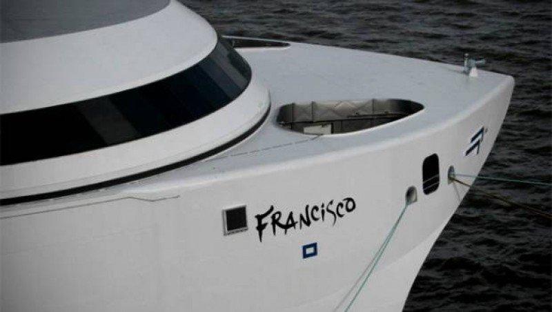 El barco Francisco Papa de Buquebus cubre la ruta Montevideo-Buenos Aires.