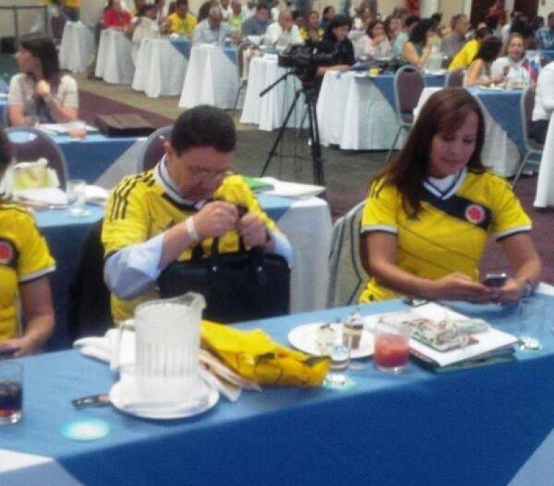 El jordano Taleb Rifai y la viceministra de Turismo de Colombia, Sandra Howard: color mundialista en la reunión de la OMT durante el partido Colombia-Japón.