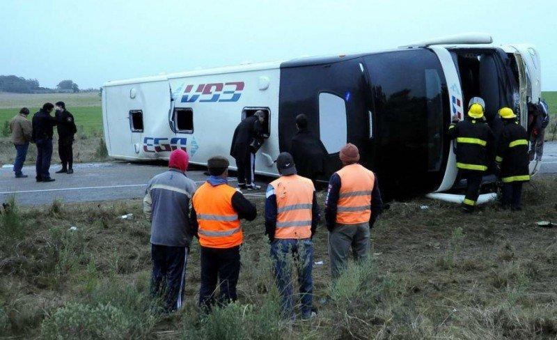 El ómnibus volcó en la madrugada, a unos 20 kilómetros de la ciudad de Rocha. Foto: Ricardo Figueredo (El País).