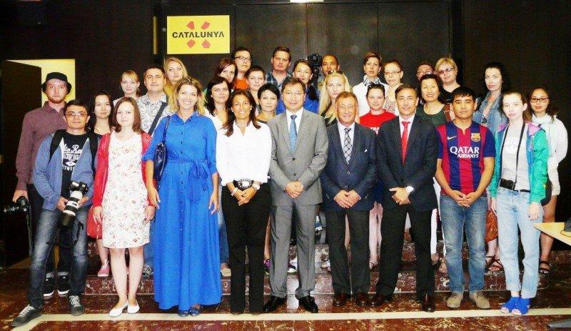 Delegación de periodistas que arribó en el primer vuelo entre Kazajistán y Barcelona-El Prat al lado de la dorectora de Turismo de Cataluña, Marián Muro.