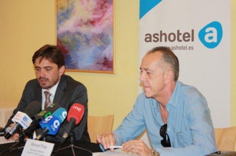 De izq. a dcha, el presidente de Ashotel, Jorge Marichal, y el secretario general de FECOHT-CCOO Canarias, Manuel Fitas, en la rueda de prensa conjunta.