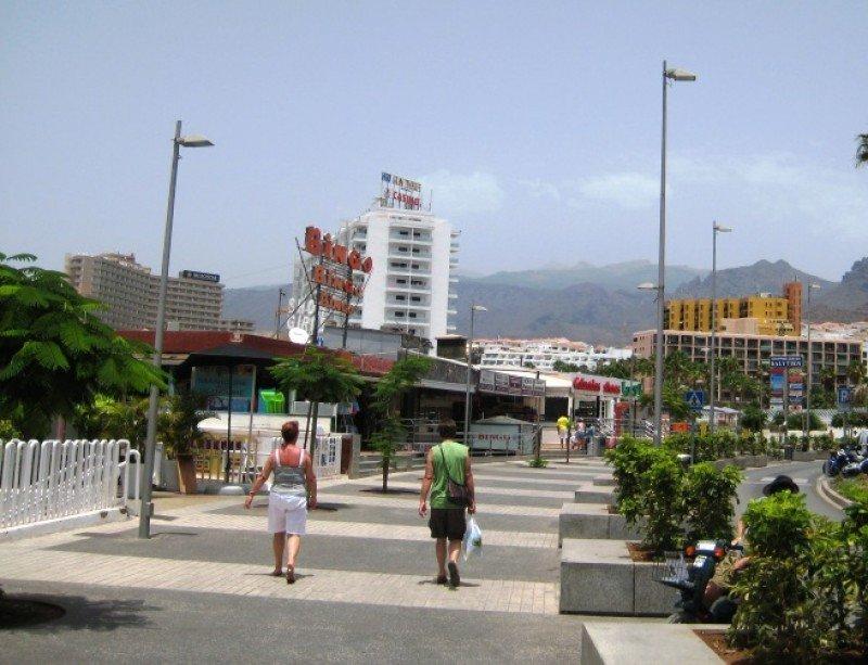 Calle de una zona turística en el sur de Tenerife.