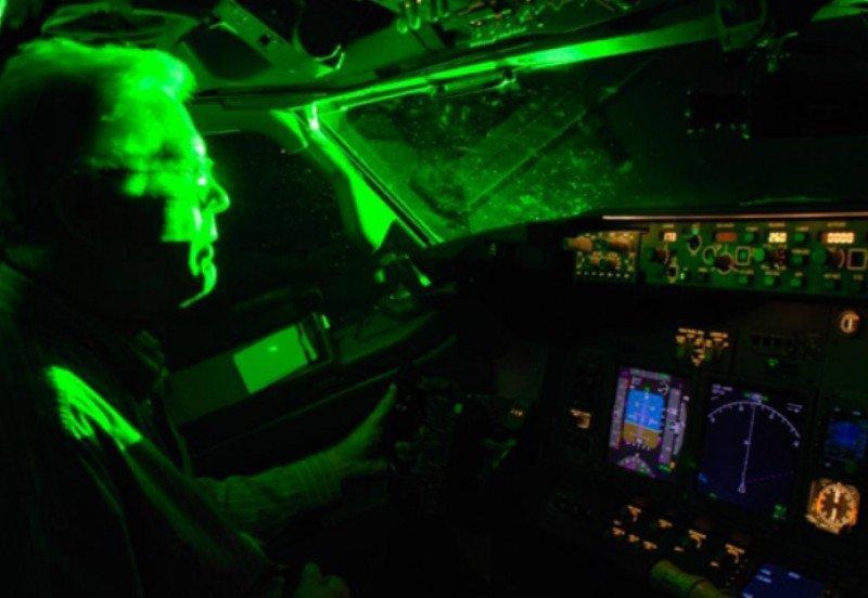 Prohibido usar dispositivos láser o luminosos en los aeropuertos y sus alrededores