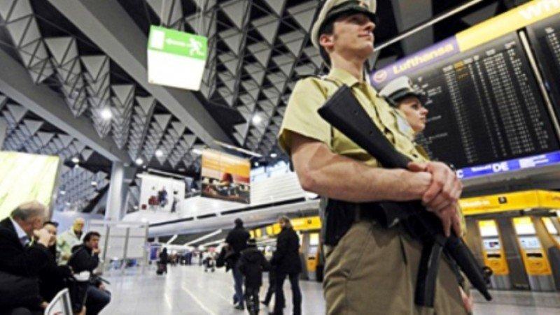 Alemania refuerza la seguridad en sus aeropuertos tras la alerta de EEUU. Policías de patrulla en el Aeropuerto de Frankfurt (AFP/ foto de archivo).