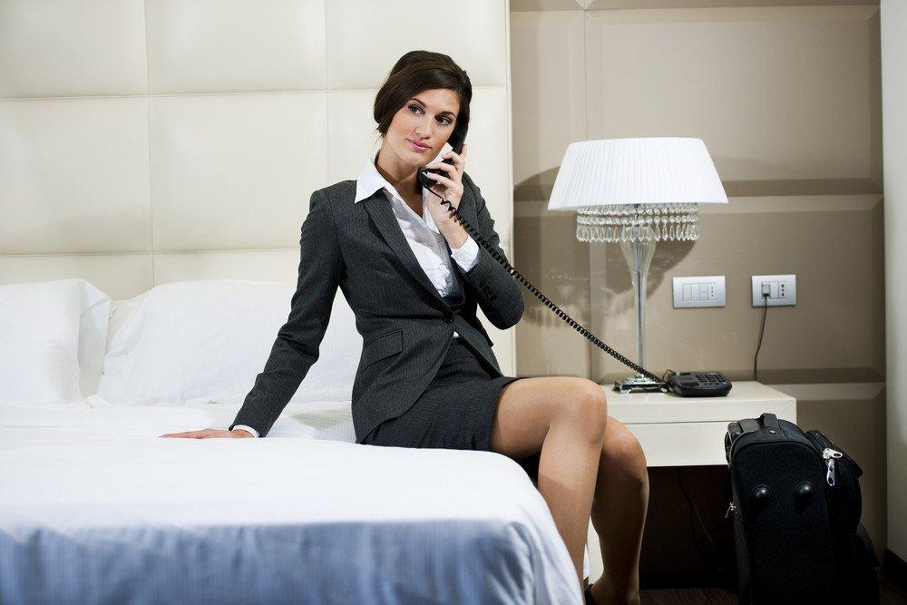 Las ejecutivas suelen pasar más tiempo en la habitación del hotel que los hombres. #shu#