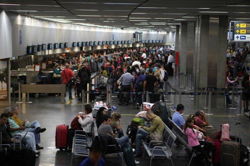 El Mundial de Fútbol generó 10 millones de pasajeros en 20 aeropuertos brasileños. Imagen del interior del Aeropuerto Internacional de Río de Janeiro (EFE, foto archivo).