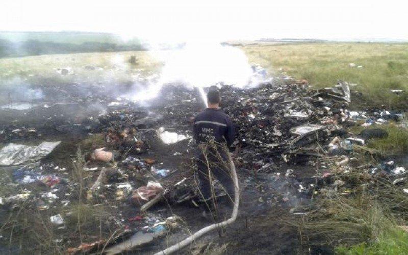 Trabajos en la extinción del fuego en el lugar del accidente. EL PAÍS / MAXIM ZMEYEV (REUTERS)