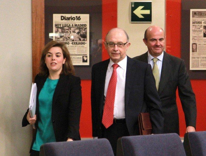 Soraya Sáenz de Santamaría, vicepresidenta del Gobierno,  junto con Cristóbal Montoro, ministro de Hacienda y Administraciones Públicas y Luis de Guindos, ministro de Economía y Competitividad . Foto: La Moncloa.