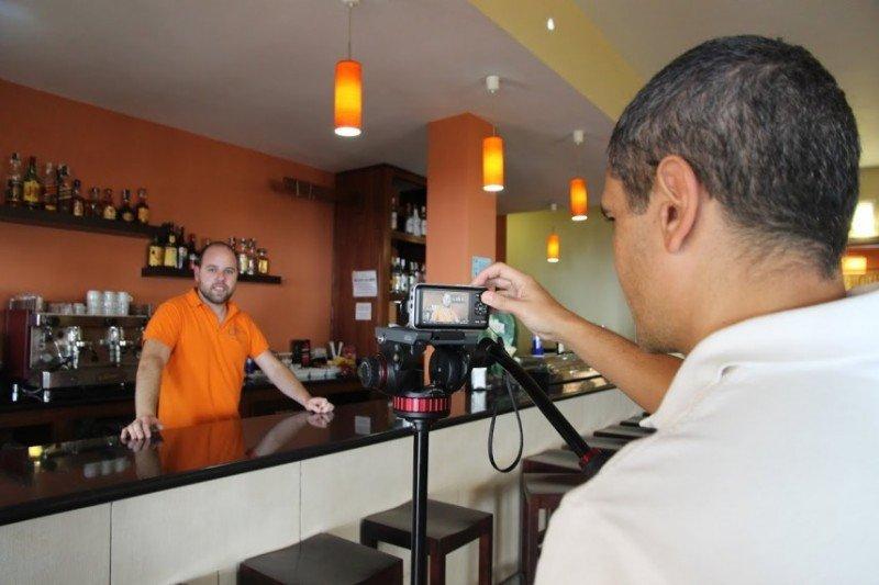 Momento en que se fotografía uno de los establecimientos incluidos en el proyecto Gehotel El Hierro.
