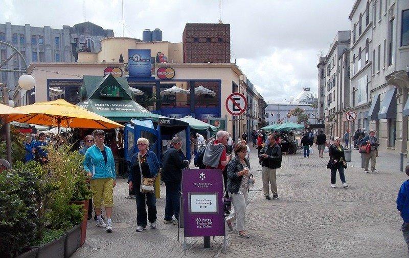 Turistas en el Mercado del Puerto.